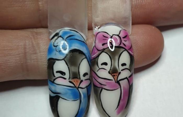 Ongles - manucure - vernis - nail art - rose - bleu sur support